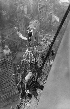 workers-atop-the-woolworth-building-new-york-1926